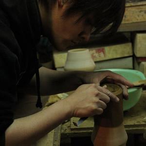 img:作陶中の大谷焼のカップ